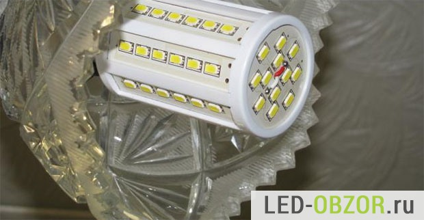 ЛЕД лампочка высокотехнологично торчит из светильника